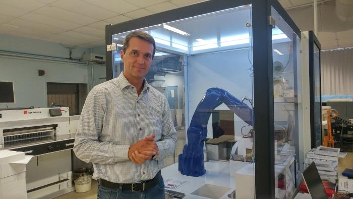 Hubert Pédurand, directeur général de l'imprimerie Laballery à Clamecy dans la Nièvre, depuis 2015, devant Gutenberg One, le robot dont il est l'inventeur.