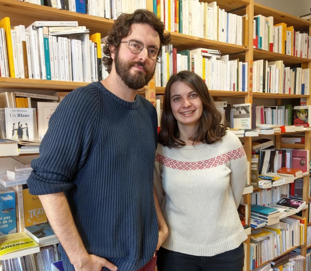 Photo de Julien Tardif et Clémence Roquefort, libraires à La fleur qui pousse à l'intérieur