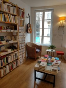 Coin lecture à la librairie La Fleur qui pousse à l'intérieur