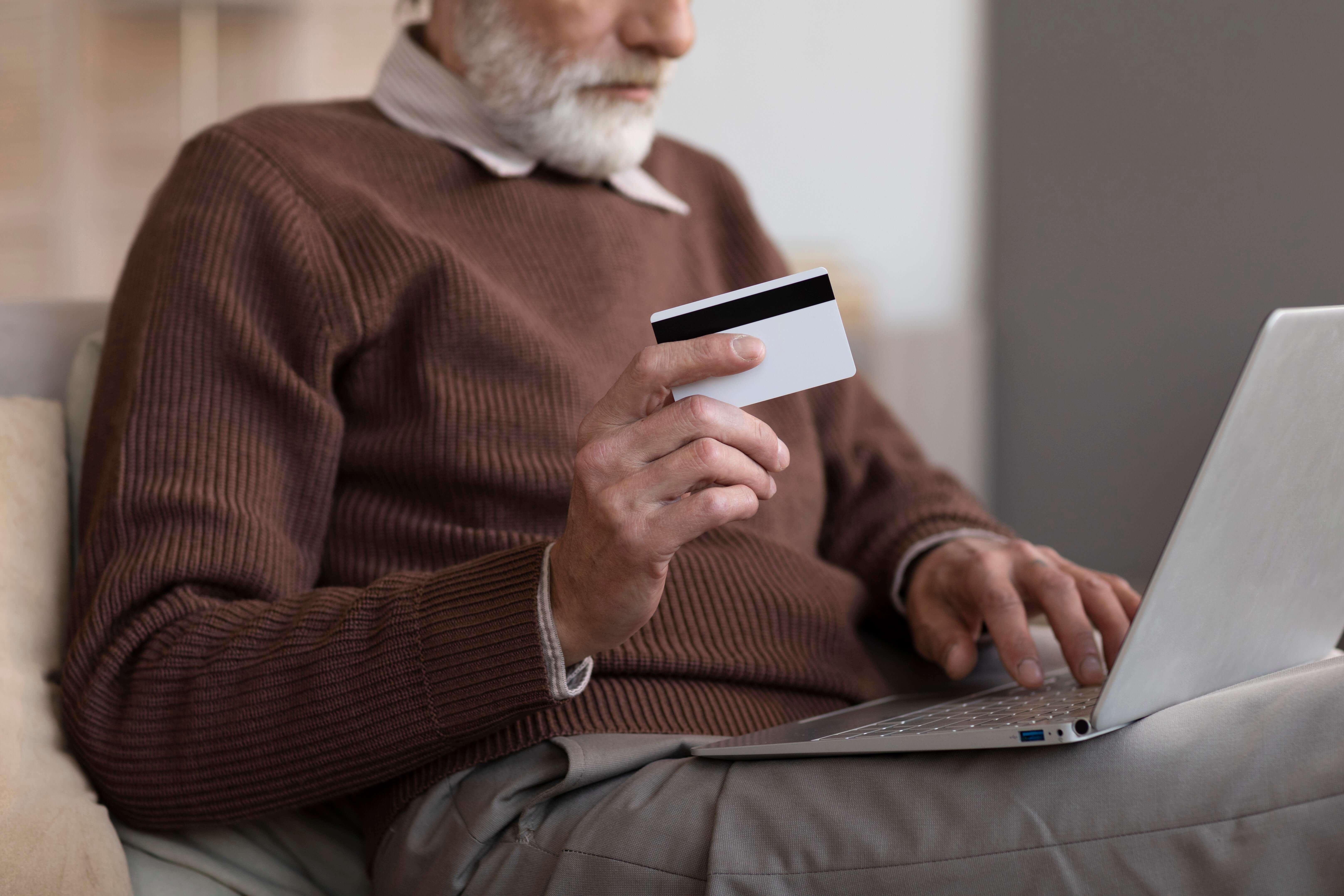 Un homme effectue un achat sur son ordinateur