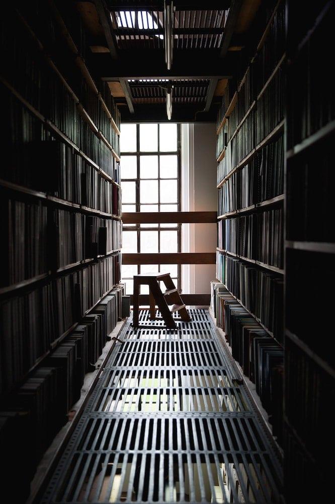 Image de livres rangés dans une bibliothèque en prison